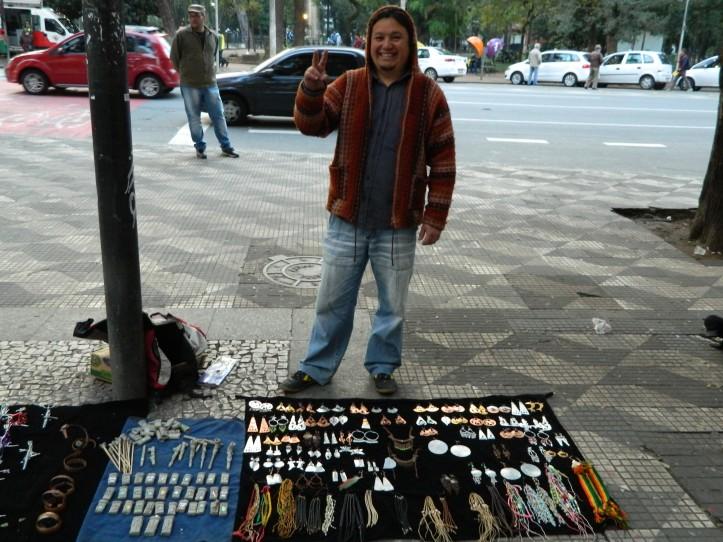 O simpático Guilheme Ianez e seus artesanatos