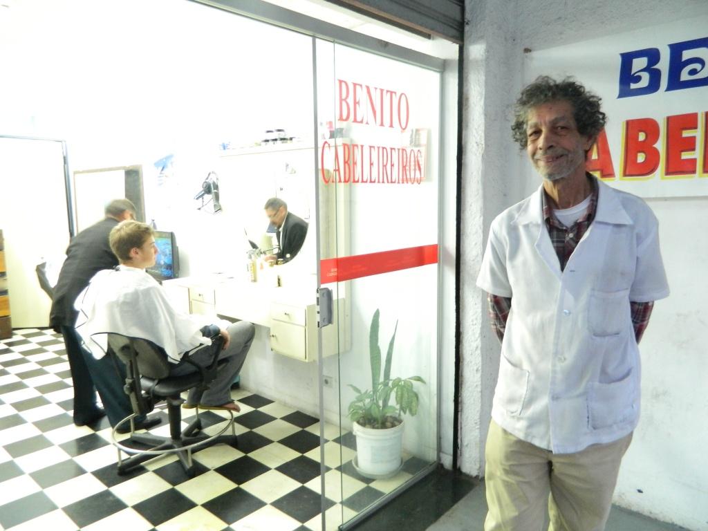 Apulchro em frente ao salão de cabeleireiro onde trabalha, na Vila Madalena