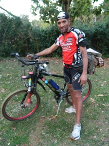 Edmundo anda bastante de bike para chegar a um século de vida