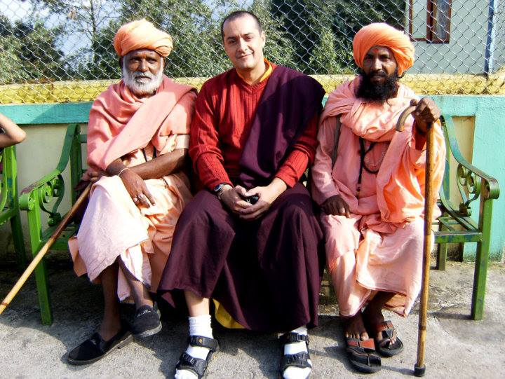 Edu, ao centro, no Monastério de Sonada, na Índia. Com ele estão dois Hindus (Foto: Arquivo pessoal)
