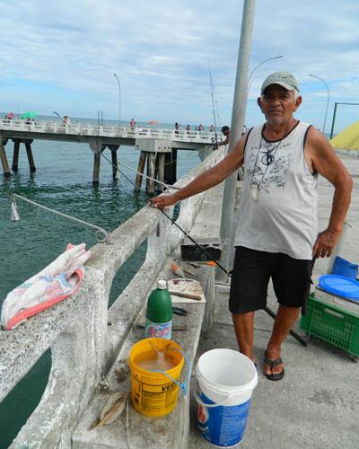 Soldador aposentado, aos 77 anos Antônio pesca para passar o tempo