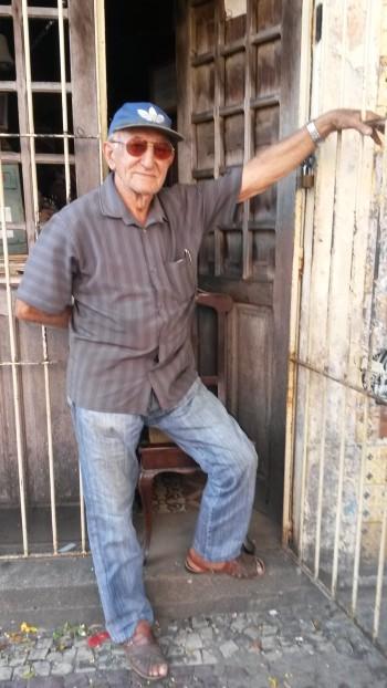 """Edvaldo Veras na porta de sua loja """"O Tempo"""""""