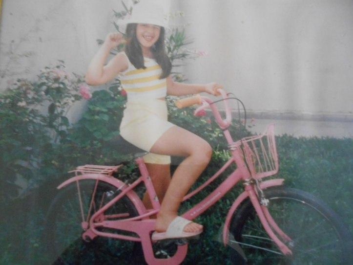 Essa eu (acho que tinha uns 6 anos) com a bicicleta que ganhei de presente do meu pai