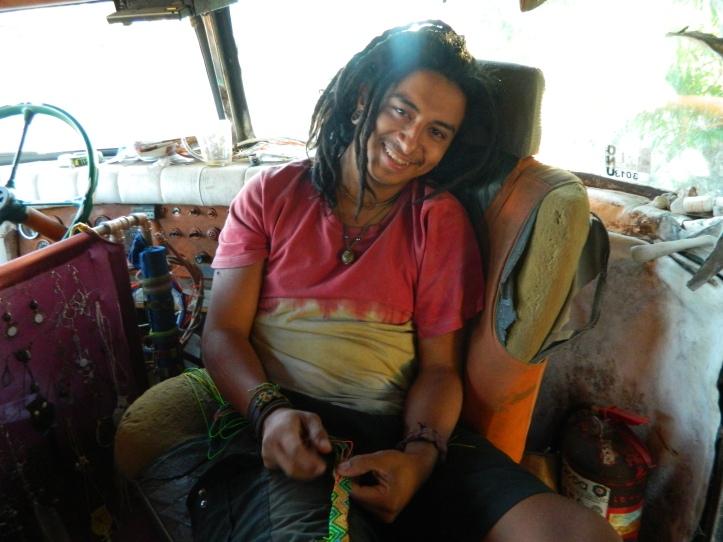 Adrian dentro do ônibus antigo onde viajava pelo Brasil com amigos