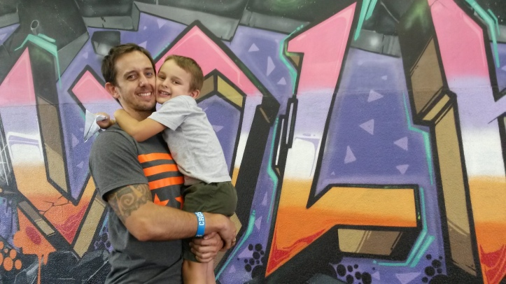 'Cuidar e melhorar a qualidade de vida das pessoas me faz bem também', diz Rodrigo, que fez questão de tirar a foto com o filho Eduardo, de 5 anos