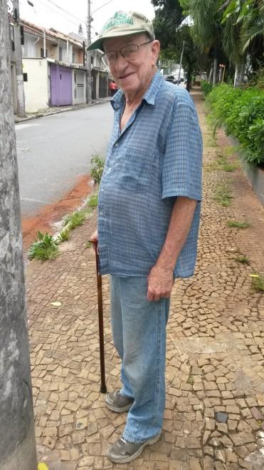 Duas vezes ao dia, Reinaldo Schich  cainha até o final da rua onde mora e volta para exercitar as pernas